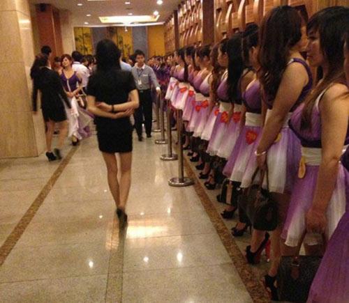 2014东莞扫黄最牛图 小姐一丝不挂裸身被抓现场视频图片