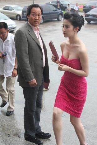 刘亦菲陪干爹陈金飞睡觉照片,刘亦菲见干爹舌吻啥也不穿图曝光 2