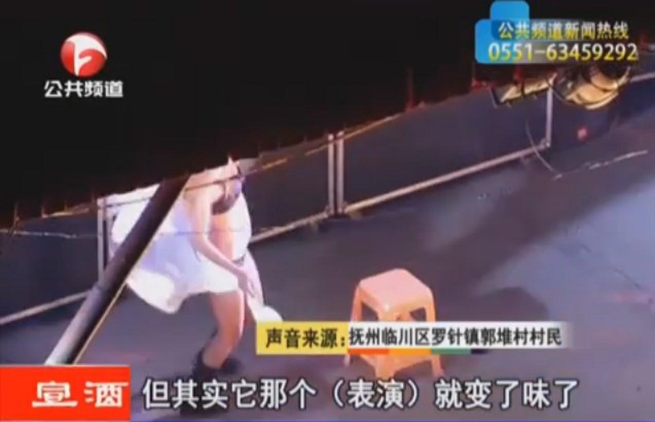 歌舞团地下厅低俗表演图,实拍农村歌舞团低俗表演,低俗二人转表演