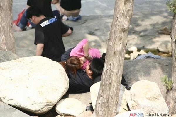 公园情侣亲热摸上演活春宫实拍,情侣亲热被公园摄像头直播图