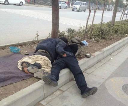 男子强奸路边乞丐女图, 乞丐当街猥亵醉酒男子视频图片图片